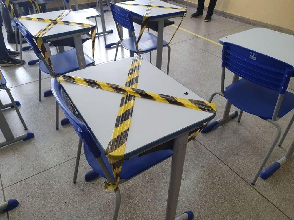 Carteiras são marcadas para reforçar isolamento social na volta às aulas — Foto: Bárbara Muniz Vieira/G1