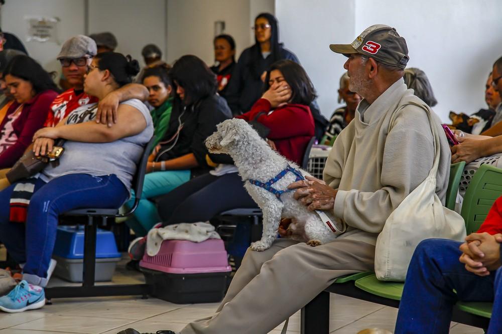 Pessoas aguardam para o atendimento de seus animais no Hospital Público Veterinário da Zona Leste de São Paulo — Foto: Marcelo Pereira/Prefeitura de São Paulo