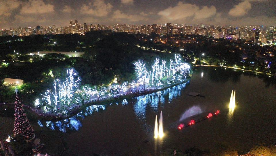 Prefeitura inova na decoração natalina do Parque Ibirapuera com árvore e fonte luminosa